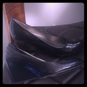 Bandolino black snakeskin style leather wedges 10